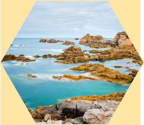 タラソセラピー(海洋療法)とは、ギリシャ語の「タラサ」=「海」とフランス語の「テラピー」=「療法」からなる造語であり、1867年にフランス人医師、ボナルディエールによって名付けられました。 発祥の地としてフランス、ブルターニュ地方が有名です。日本語訳では海洋療法と訳され、フランスでは延べ250万人が施設を利用するほど、一般的に認知された自然療法です。その特徴は海洋性気候のなかで、海水、海泥、海藻、その他海産物等の海の資源を用いて、健康の三要素(運動、栄養、休養)をバランスよく活用しながら身体の機能を高めることにあります。