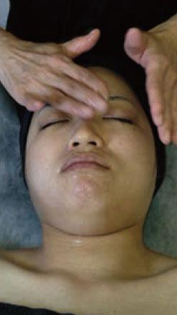 ロアブースターとエッ センスを混ぜ合わせて 気になる箇所を中心に または顔全体に浸透さ せながら塗布します。